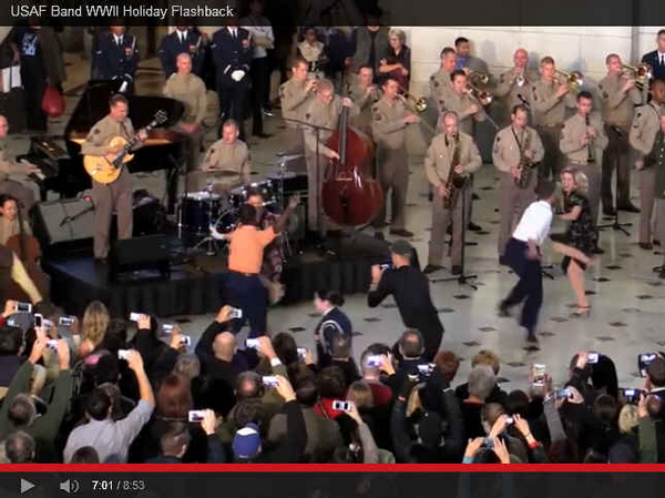 This is the 2015 edition of the USAF Band Flash Performance at Union Square, DC. Love those uniforms! Especially like their Auld Lang Syne performance!